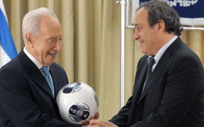 Shimon Peres et Michel Platini en novembre 2012. (Crédit : Mark Neyman/GPO/Flash90)
