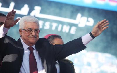Le président de l'Autorité palestinienne Mahmoud Abbas salue des milliers de supporters palestiniens à Ramallah à son retour de l'ONU, où il a obtenu le statut d'observateur non membre, le 2 décembre 2012. (Crédit : Issam Rimawi/Flash90)