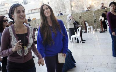 Alanis Morissette visite le mur occidental dans la Vieille ville de Jérusalem (Crédit :  Miriam Alster/Flash90)