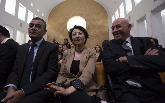 Les députés de la Liste arabe unie Hanin Zoabi (au centre) et Jamal Zahalka (à gauche) pendant une audience de la Cour suprême. (Crédit : Yonatan Sindel/Flash90)