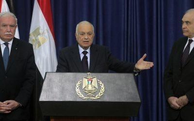 Le secrétaire général de la Ligue arabe Nabil Elaraby (au centre), avec le ministre égyptien des Affaires étrangères Mohamed Kamal Amr (à droite) et le ministre palestinien des Affaires étrangères Riyad al-Maliki (à gauche), pendant une conférence de presse à Ramallah, en décembre 2012. (Crédit : Issam Rimawi/Flash90)