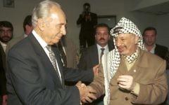Shimon Peres et le dirigeant palestinien Yasser Arafat à Ramallah, le 14 mai1997. (Crédit : Flash90)