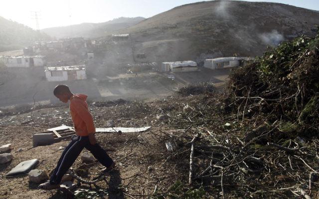 Un camp bédouin situé dans la zone E1, entre Jérusalem et l'implantation de Maale Adumim en Cisjordanie, en décembre 2012 (Crédit : Lior Mizrahi / Flash90)