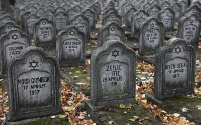 Tombes des victimes juives du pogrom de Iasi, en Roumanie, en juillet 1941. (Crédit : Wikimedia commons)