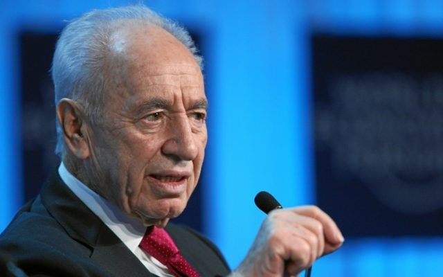 Shimon Peres s'addresse au public lors du Forum économique mondial de Davos (Crédit : CC BY-SA World Economic Forum, Flickr)