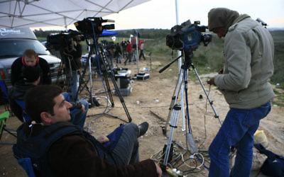 Des journalistes d'al-Arabiya à la frontière de la bande de Gaza (Crédit: Nati Shohat/Flash90)