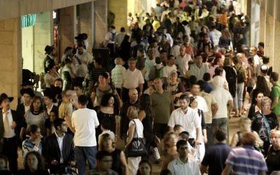 La foule au centre commercial Mamilla à Jérusalem  (Crédit : Abir Sultan/Flash 90)