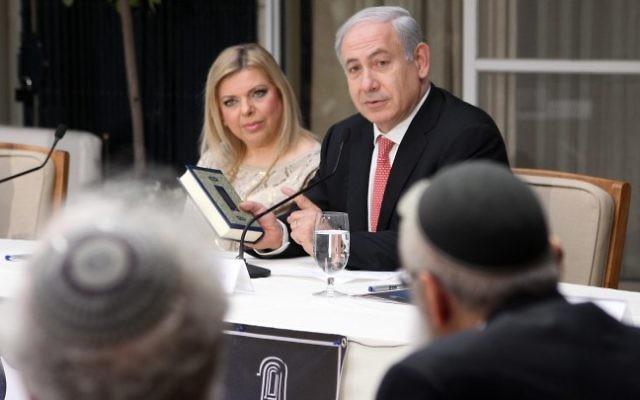Le Premier ministre Benjamin Netanyahu et son épouse Sara accueillent rabbins et spécialistes à leur résidence pour une étude de la Torah, en mai 2012. (Crédit : Marc Israel Sellem/Flash90)