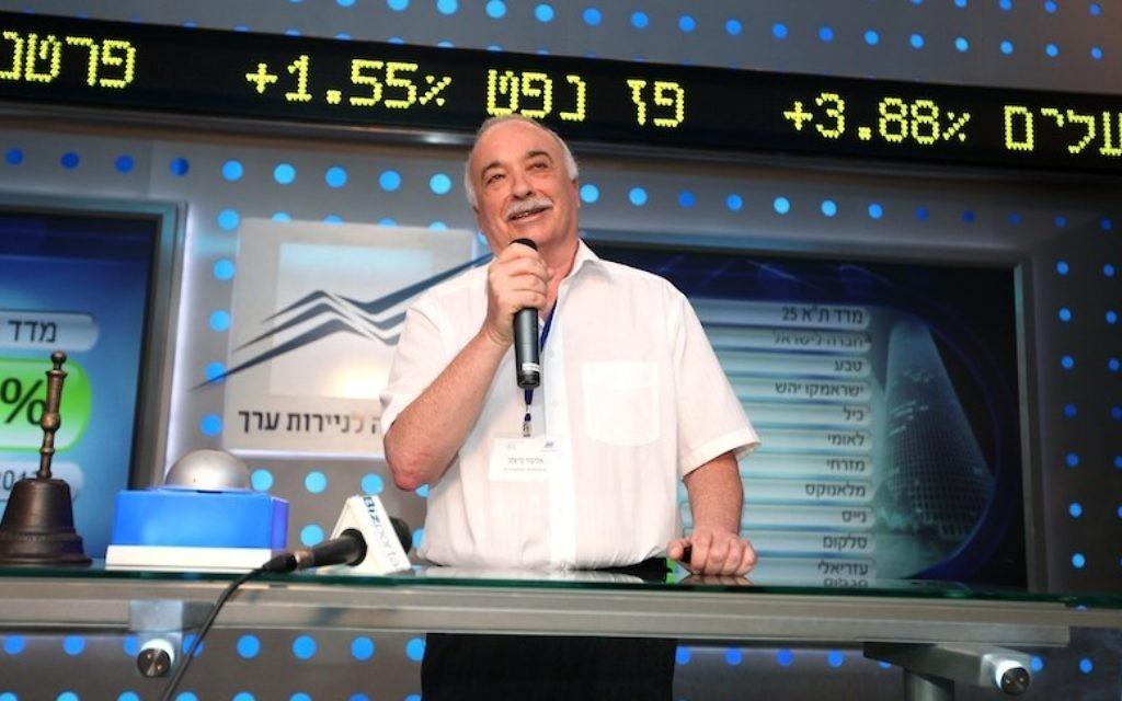 L'homme d'affaires Eliezer Fishman à la bourse de Tel Aviv (Crédit : Flash90)