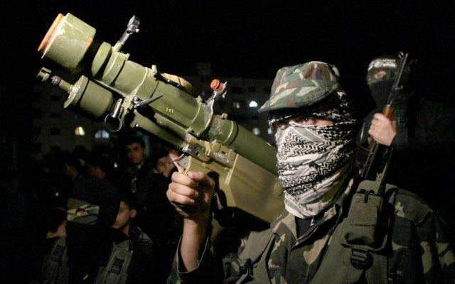 Homme armé des brigades Ezzedine al-Qassam du Hamas à Gaza City  (Crédit : Abed Rahim Khatib/Flash90)