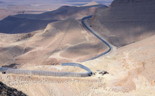 La clôture de la frontière nouvellement érigée entre Israël et l'Egypte, janvier 2012 (Crédit : Moshe Milner / GPO / Flash90)