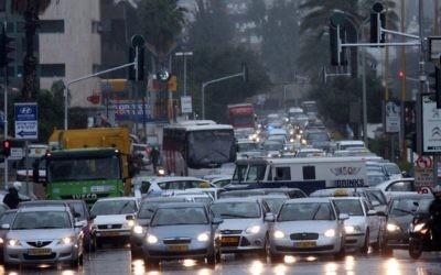 Des embouteillages sur al route Ayalon à Tel Aviv. (Crédit : Flash90)