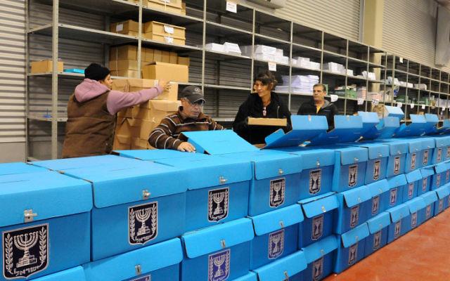 La préparation des urnes avant les élections de janvier 2013. (Crédit photo : Yossi Zeliger/Flash90)