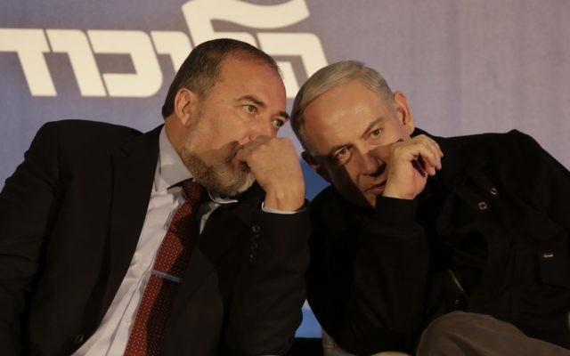 Avigdor Liberman, gauche, et Benjamin Netanyahu. (Crédit : Tsafrir Abayov/Flash90)
