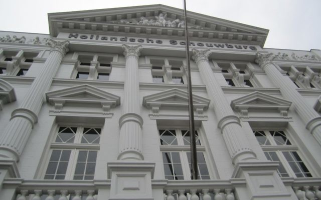 L'imposant Hollandsche Schouwburg, ou Théâtre hollandais, a servi de point de rassemblement pendant les rafles nazies de juifs d'Amsterdam. (Crédit : Matt Lebovic)
