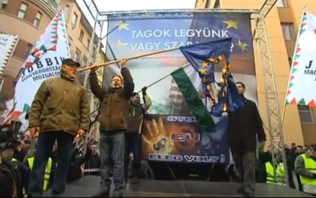 Des partisans du parti Jobbik brûlent un drapeau de l'UE lors d'un rassemblement en 2012 à Budapest (Crédit : Capture d'écran/YouTube téléchargée par  Euronews)