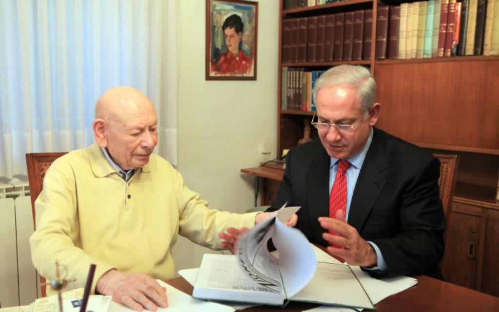 Benjamin Netanyahu avec son père, le professeur Benzion Netanyahu, dans sa maison de Jérusalem, en 2013. (Crédit : Nati Shohat/Flash90)