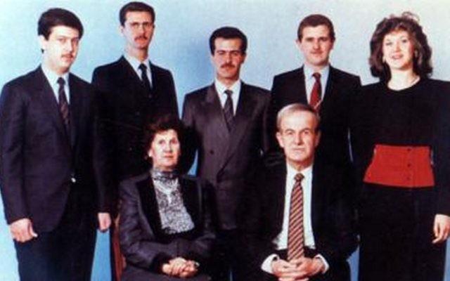 La famille Assad en 1994. Devant : Hafez Assad et Anisa Makhlouf. Derrière, de gauche à droite : Maher, Bashar, Bassel, Majid et Bushra Assad (Crédit : via Wikipedia)