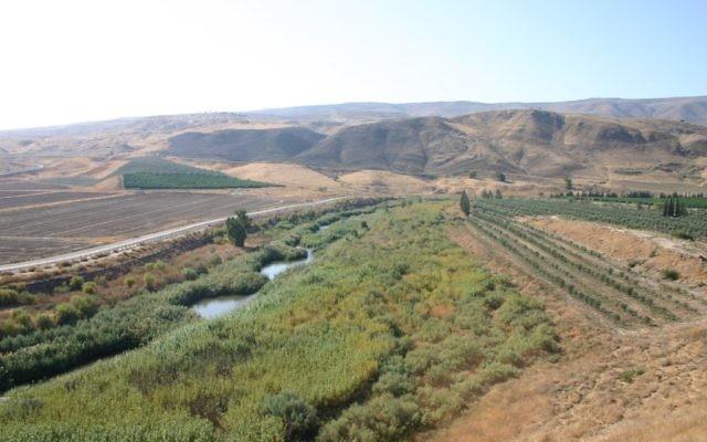 Une vue du fleuve Jourdain, à Naharayim, l'île de la Paix. (Crédit : Shmuel Bar-Am)