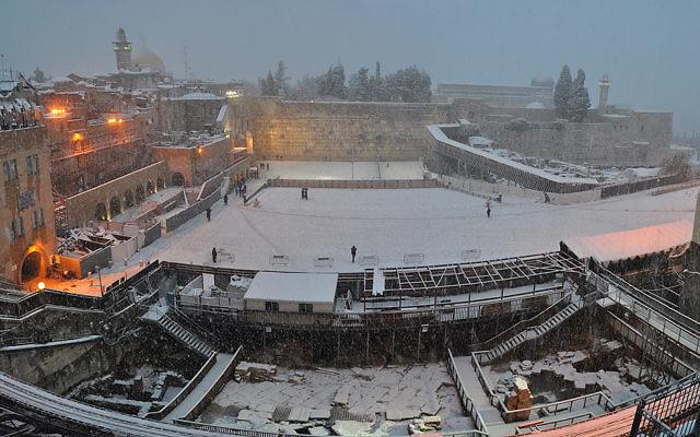 Le mur Occidental couvert de neige - janvier 2013 (Crédit : Mike Horton)