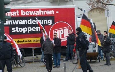 Une manifestation des membres du parti d'extrême-droite allemand NPD en 2012. (Crédit : Ubiquit23/CC BY-SA/Flickr)
