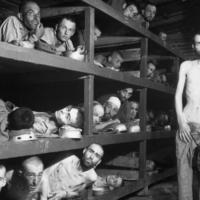 Des prisonniers du camp de concentration de Buchenwald quelques jours après la libération. (Crédit : US Army, la défense de Visual Information Center des États-Unis, Image # HD-SN-99-02764, Wikimedia Commons)
