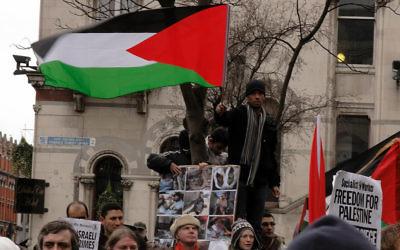À Dublin, des manifestants protestent contre les opérations militaires israéliennes à Gaza, en 2009. (Crédit : CC BY/albertw via Flickr.com)