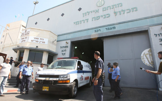 Une ambulance quitte la prison d'Ayalon à Ramle (Crédit: Yossi Aloni/Flash90)