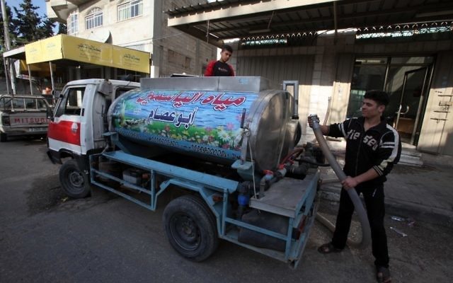 Un Palestinien remplit un camion d'eau propre pour approvisionner des familles qui n'ont pas l'eau potable, à Gaza, en 2010 (photo credit: Wissam Nassar/Flash90).