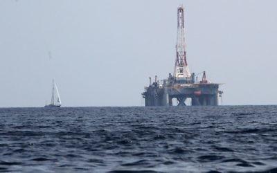 Une plateforme de forage de gaz naturel en mer Méditerranée. Illustration. (Crédit : Nati Shohat/Flash90)