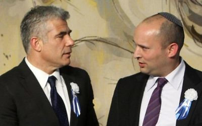 Yair Lapid (à gauche) avec Naftali Bennett (Crédit : Miriam Alster/Flash90)