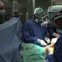 Des chirurgiens pratiquent une opération au centre médical Wolfson de Holon. Illustration. (Crédit : Nati Shohat/Flash90)