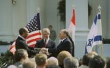 Le Premier ministre Menachem Begin, le président Jimmy Carter et le président Anwar Sadat après la signature du Traité de paix israélo-égyptien en mars 1979. (Crédit: GPO/Tal Shabtai)