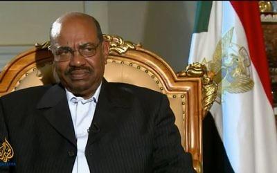 Le président soudanais Omar al-Bachir pendant un entretien télévisé en janvier 2011. (Crédit : capture d'écran Youtube/AlJazeera English)