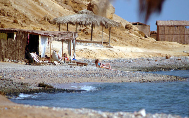 Des Israéliens en vacances dans le Sinaï, en 2006. Illustration. (Crédit : Yossi Zamir/Flash90)