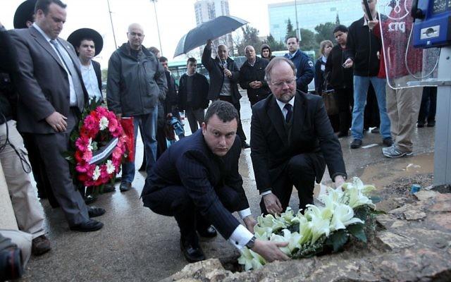 Mathew Gould (g) et Sir Vincent Fean (d) déposent une couronne sur le lieu d'une attaque où un citoyen britannique a été tué - mars 2011 (Crédit : Yossi Zamir/Flash90)