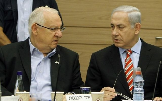 Reuven Rivlin et Benjamin Netanyahu à la Knesset en 2011 (Crédit : Miriam Alster/Flash90)