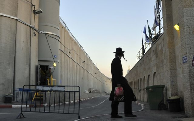 Un juif ultra-orthodoxe près du tombeau de Rachel. Illustration. (Crédit : Sege Attal/Flash 90)