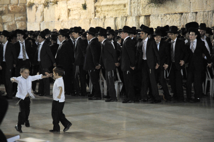 Des Juifs ultra-orthodoxes au mur Occidental en juin 2011. Illustration. (Crédit : Sophie Gordon/Flash90)