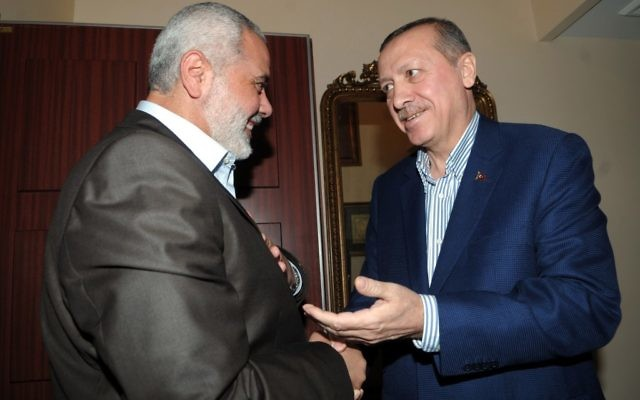 Le président turc Recep Tayyip Erdogan (à droite) avec le chef du Hamas dans la bande de Gaza, Ismail Haniyeh, en janvier 2012. (Crédit : Mohammed Al-Ostaz/Flash90)