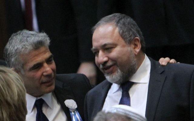 Le chef de Yesh Atid Yair Lapid (à gauche) avec Avigdor Liberman à la Knesset, le 5 février 2013 (Crédit : Miriam Alster/Flash90)