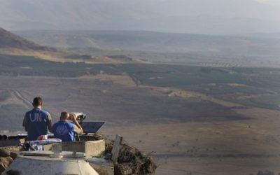 Les forces de maintien de la paix de l'ONU surveillent le côté syrien derrière la frontière, dans le plateau du Golan, en juillet 205. (Crédit : Tsafrir Abayov/Flash90)