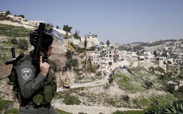 Un policier à la frontière avec Silwan à Jérusalem-Est, Janvier 2013. (Crédit : Tali Mayer/FLASH90)