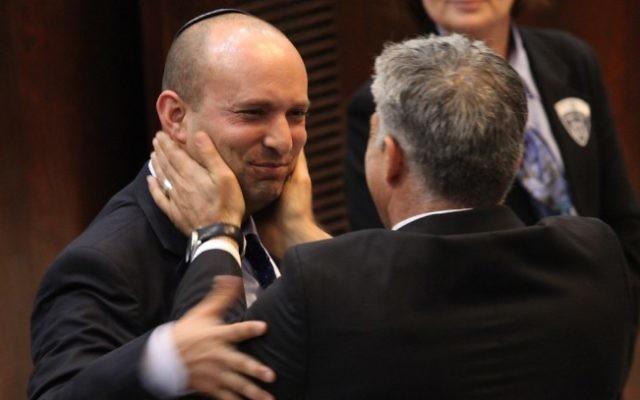 Yair Lapid, (à droite), dirigeant du parti Yesh Atid et Naftali Bennett, dirigeant du parti HaBayit HaYehudi, à la Knesset, février 2013. (Crédit : Miriam Alster/FLASH90)