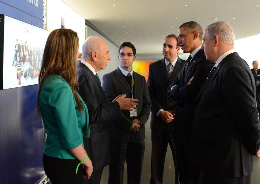 Said Haruf (de face), entouré de (de gauche à droite) Ola Zahar, dirigeante de Maantech, Shimon Peres, alors président, Boaz Maoz, PDG de Cisco Israël, du président américain Barack Obama et du Premier ministre Benjamin Netanyahu, en mars 2013. (Crédit : bureau du président)