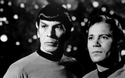 Leonard Nimoy  (à gauche) et William Shatner dans Star Trek en 1968 (Crédit : Wikimedia commons)