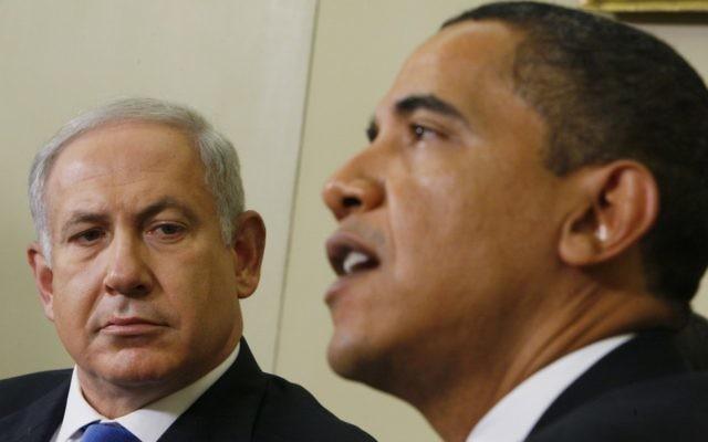 Le Premier ministre Benjamin Netanyahu, (à gauche), regarde le Président américain Barack Obama alors qu'il s'adresse aux journalistes dans le bureau ovale de la Maison Blanche à Washington, en mars 2013. (AP Photo/Charles Dharapak, File)