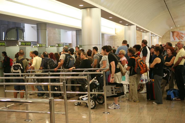 Les personne qui font la queue pour passer le contrôle des passeports à l'aéroport Ben-Gurion en Israël, le 21 septembre 2008. (Crédit : Yossi Zamir / Flash90)