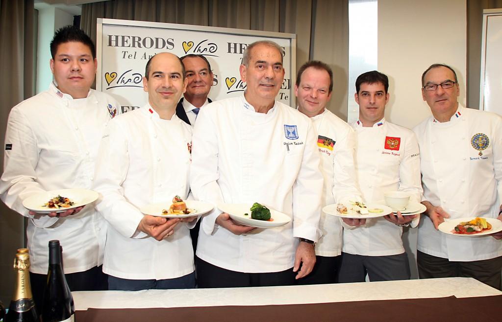 Le chef Shalom Kadosh (au centre) avec d'autres chefs à Tel Aviv, en février 2012 (Crédit : Gideon Markowicz/Flash90)