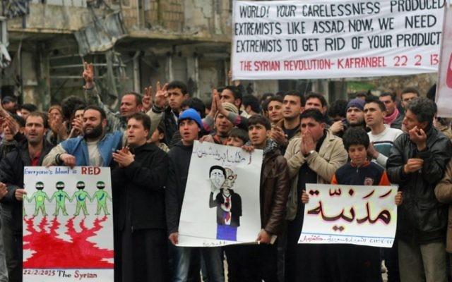 A Kfar Nabeul, des civils protestent contre l'influence croissante dans leur ville du groupe djihadiste Front al-Nosra. (photo: Eliyahu Kamisher)